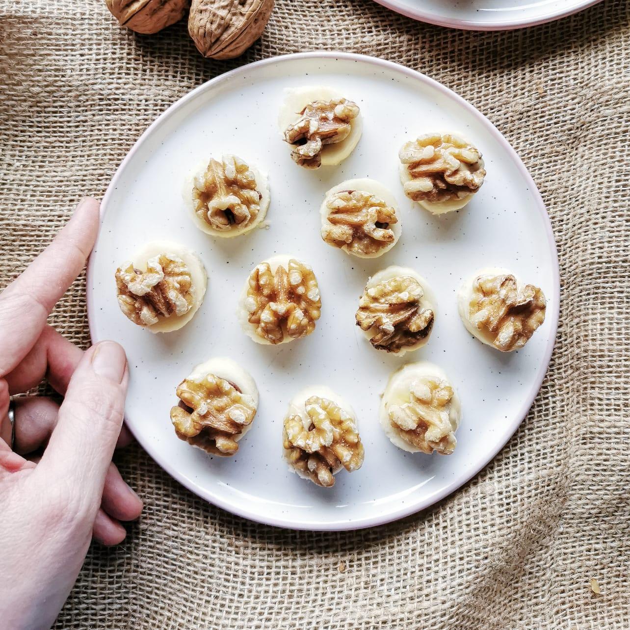 DIE Alternative zum Bananenbrot: Das saftige Birne-Walnuss-Brot mit kalifornischen Walnüssen ist lecker, bekömmlich, macht satt und ist zuckerfrei. Statt Kuchen oder zum Frühstück, unbedingt mal probieren! // Noch mehr leckere und einfache Familien-Rezepte gibt es auf judetta.de
