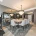 Sala de jantar contemporânea em tons de cinza com tapete e espelho geométricos!