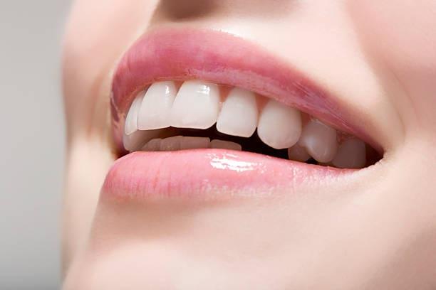 मुंह के बदबू और दांतों के पीलेपन से छुटकारा मिलेगा यह  टिप्स अपनाएं।