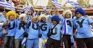 Un grupo de personas con camisetas celestes formando la palabra URUGUAY
