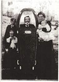 foto bersama orang yang telah mati