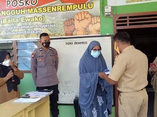 Bhabinkamtibmas Desa Tampo Briptu Umar Melaksanakan Pengamanan Dan Monitoring Penyaluran BLT-DD Tahap IV Tahun 2021