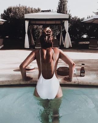 Poses en la piscina que te harán ver super relajada