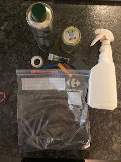Ustensiles et ingrédients pour la réalisation d'un sac sensoriel liquide, DIY