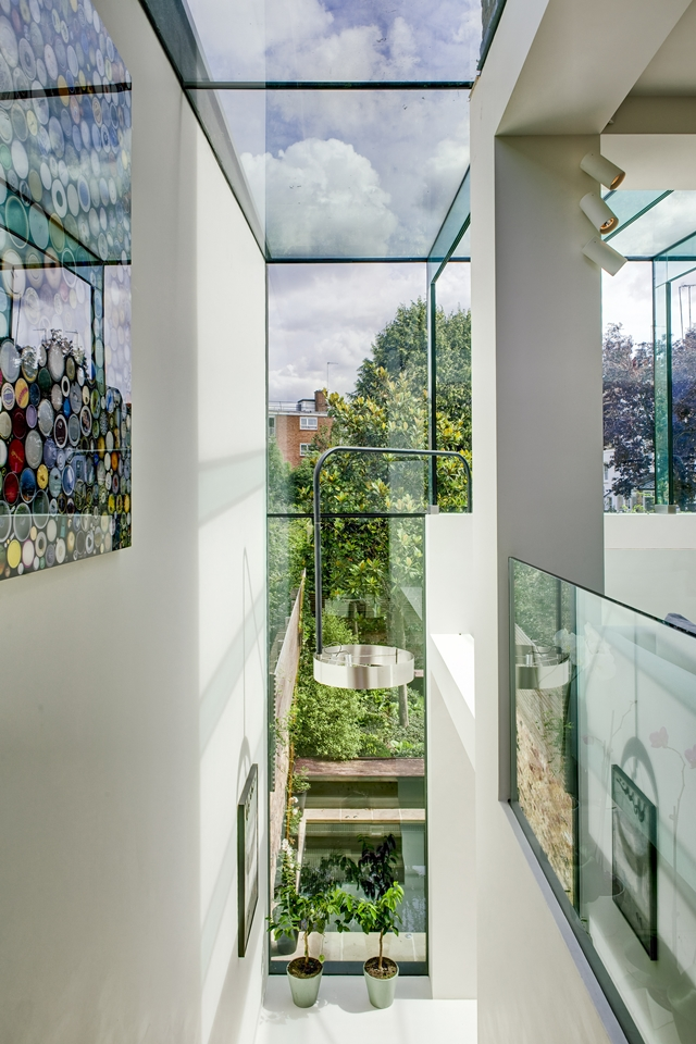 Picture of white walls and large glass windows in the hallway