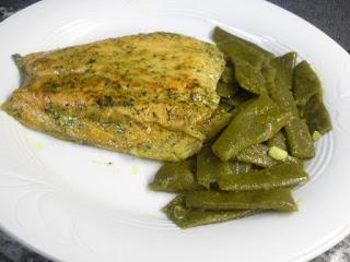 Plato de salmón y judías verdes rehogadas al curry.