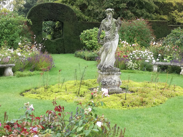 angielski ogród, okno w żywopłocie