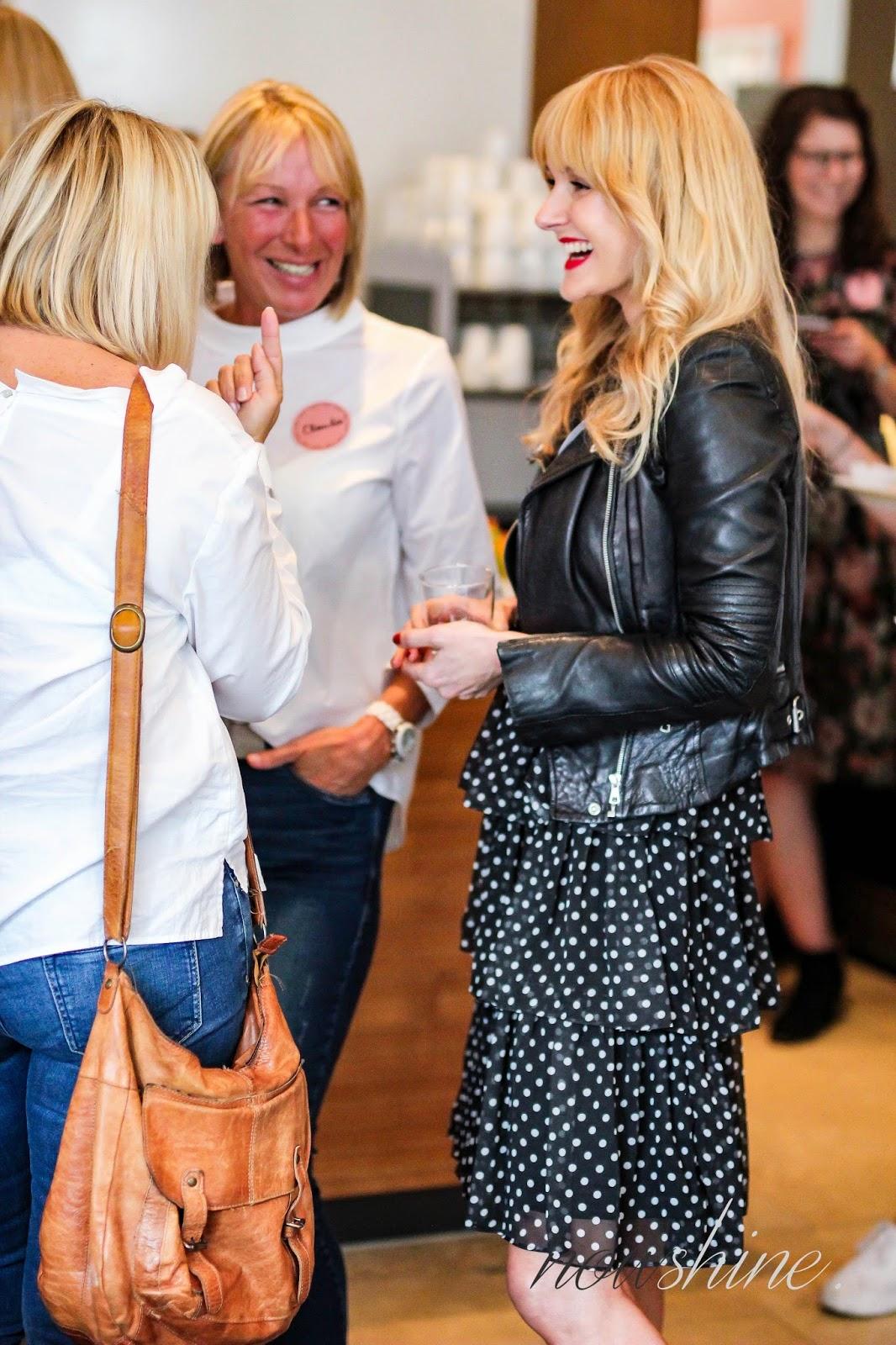 Frauen lachen und unterhalten sich miteinander beim WENZfriends Day