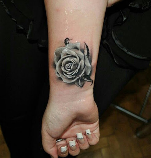 Black Rose Tattoo no Pulso