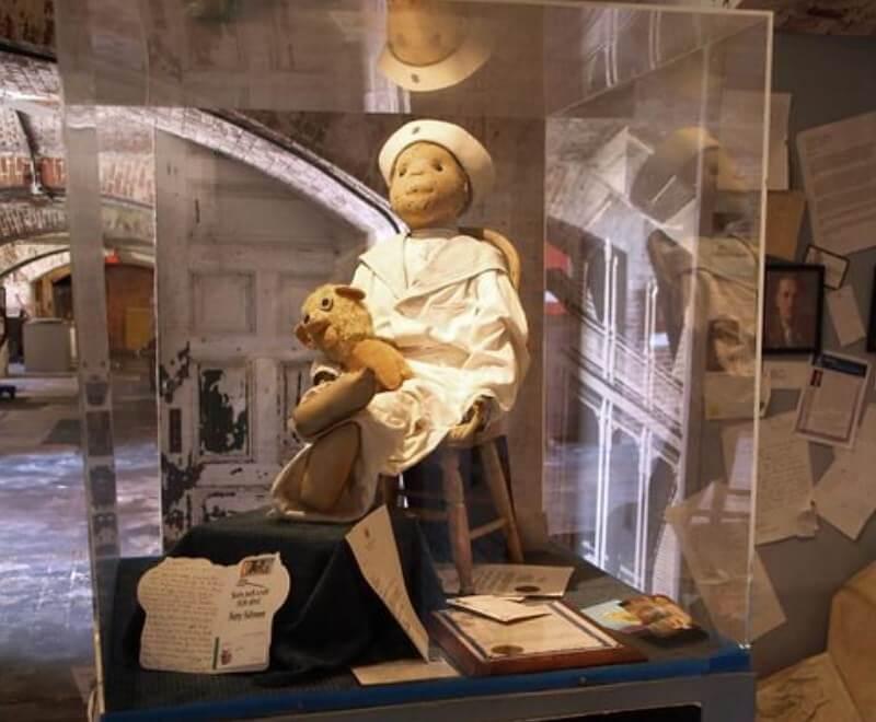 Robert the Doll dalam kaca