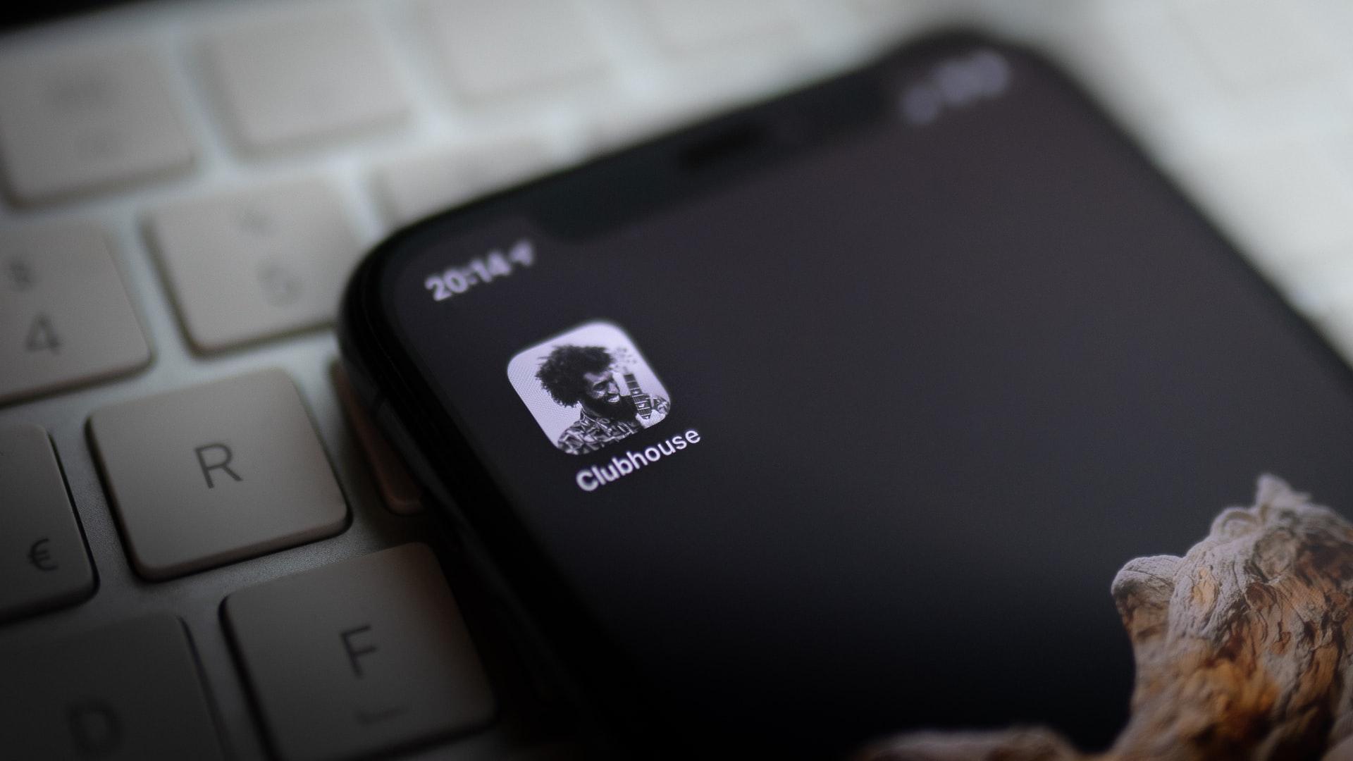 Clubhouse prova a fare il salto: arriva la chat scritta