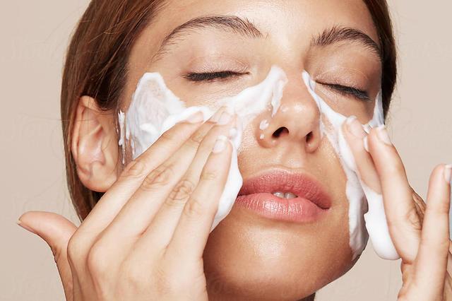 Réussir son nettoyage profond du visage pro en 3 étapes