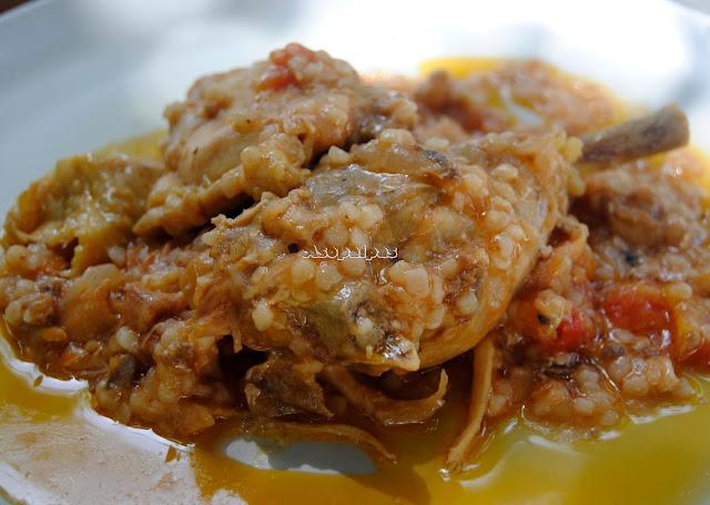 Pollo con verduras y pasta de yogur griega Trahana