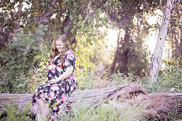 Taking maternity photos soon? I'm sharing what I did for my family maternity photo shoot and what I wish I had done to make it even better. Click through to see my tips and share some of your own!