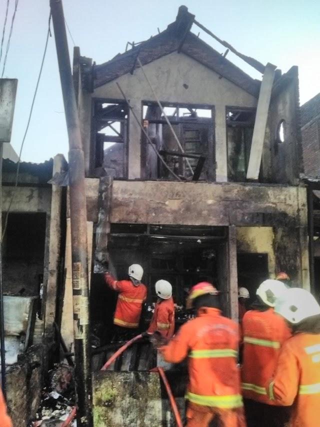 Rumah Dan Toko Di Pasar Bangunrejo Surabaya Dilalap Si Jago Merah