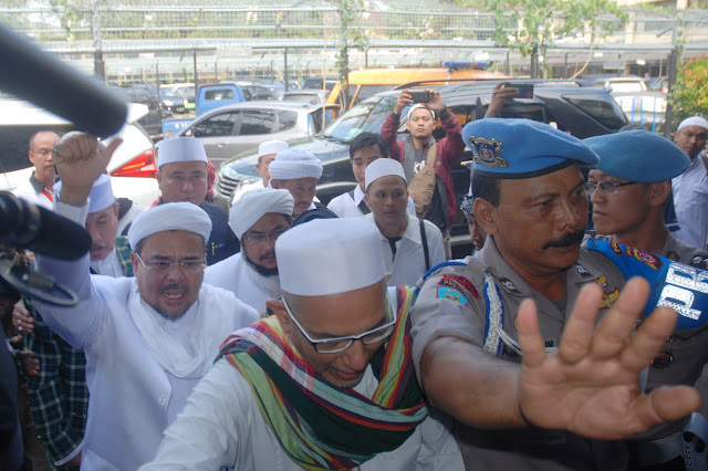 Imam Besar Front Pembela Islam (FPI) Habib Rizieq (kiri) mendatangi Mapolda Jabar untuk menjalani pemeriksaan, di Bandung, Jawa Barat, Kamis (12/7). Habieb Rizieq dilaporkan Sukmawati Soekarnoputri terkait dugaan tindak penghinaan terhadap lambang negara Pancasila sebagaimana dimaksud dalam Pasal 154a jo Pasal 68 UU No 24 Tahun 2009 tentang bendera, bahasa dan lambang negara serta lagu kebangsaan. ANTARA FOTO/Fahrul Jayadiputra/aww/17.
