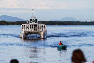 Catamarã com passeios programados para a Ponta Norte, Ponta Sul e Marujá
