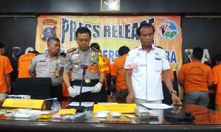 Kapolres Batubara Robinson Simatupang memberikan keterangan pers.