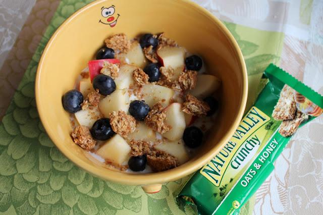 Nature Valley Crunchy 'Oats & Honey' als knuspriges Topping zu Joghurt und Früchten