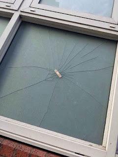 Spaßbilder - Fenster mit Pflaster repariert lustig