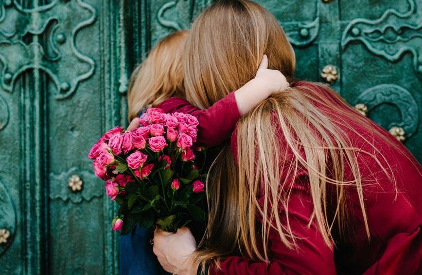 majka-kcer-dijete-porodica-ljubav-zagrljaj