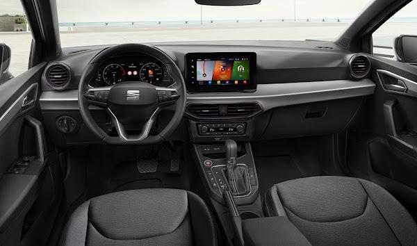 Seat Ibiza 2021 ganha facelift e tela multimídia flutuante no interior
