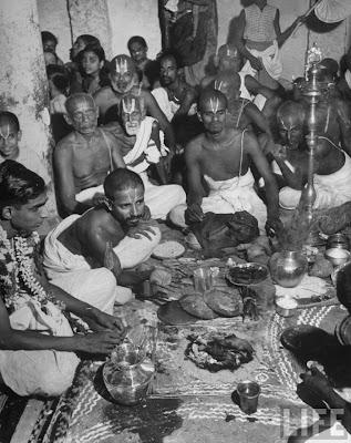 http://1.bp.blogspot.com/-V1CPL8LH9tU/TbKhtsEWOdI/AAAAAAAAKgE/_UddEkbnQEc/s1600/15+Brahman+caste+wedding+ceremony+India+1946.jpg