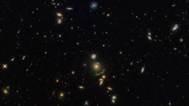 Hubble capta imagen del arco espacial verde que predijo Einstein