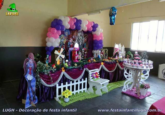 Decoração festa de aniversário infantil tema Monster High em mesa tradicional forrada em tecido