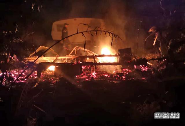 Πυρκαγιά στην Ασίνη τη νύχτα - Κάηκε ολοσχερώς τροχόσπιτο