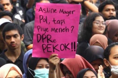 tulisan kocak di demo mahasiswa depan gedung dpr