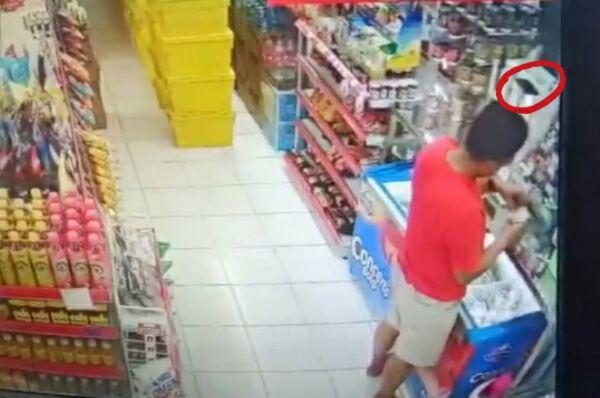 Aksi Pria Bermobil di Bone Terekam CCTV Saat Curi HP Di Minimarket