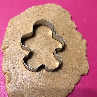 Découpage de la pâte à l'aide d'un emporte-pièce en forme de bonhomme
