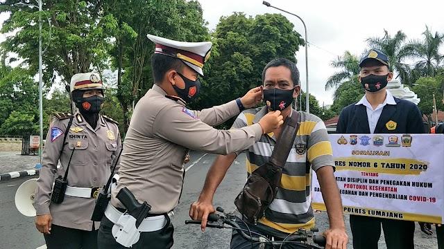 Hari Lalu Lintas ke-65, Satlantas Polres Lumajang Bagikan Masker dan Sembako