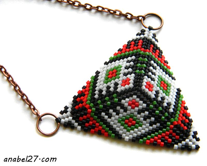 Яркий кулон-треугольник из бисера
