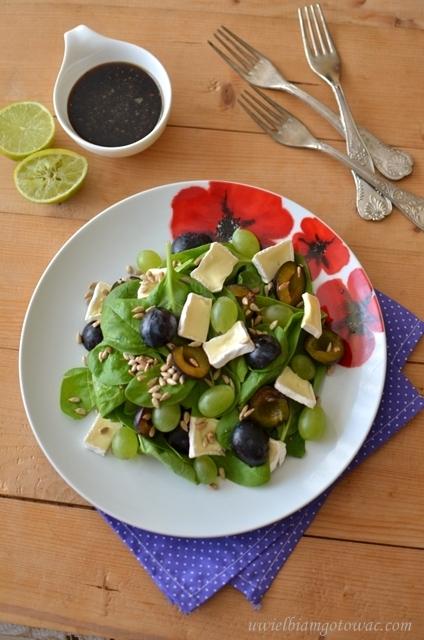 Sałatka ze szpinakiem, camembertem i owocami