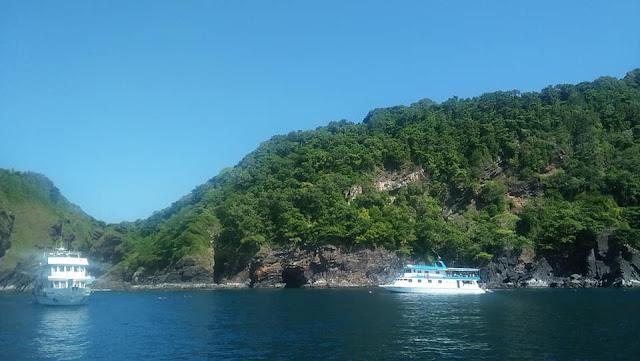เกาะบอนหรือเกาะทะลุ ตั้งอยู่ระหว่างหมู่เกาะสิมิลันกับเกาะตาชัย เป็นเกาะเล็กๆ ไม่มีหาดทราย แต่นักท่องเที่ยวสามารถดำน้ำลึกชมแนวปะการังที่สวยงาม พบปลาหลากลายชนิด โดยเฉพาะปลากระเบนราหูที่สามารถพบเห็นได้ง่ายกว่าเกาะอื่นๆ เป็นแหล่งท่องเที่ยวเชิงนิเวศ