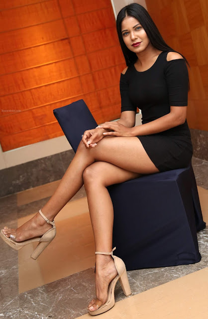 Debbie naked thigh full nude sexy leg in xxx mini skirt picture