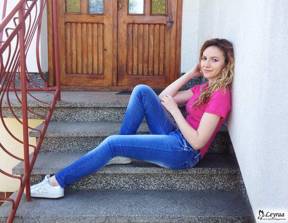Różowa koszulka polo, jeansowe rurki, adidas superstar hologram