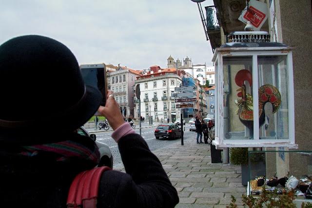 eu fotografando a cidade do Porto com telefone