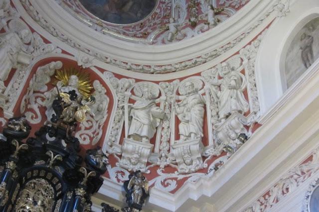 Roze kapel met witte ornamenten in de Franciscaner Kerk in Poznan, Polen