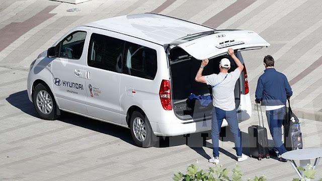 Julen Lopetegui saat meninggalkan hotel Timnas Spanyol di Rusia