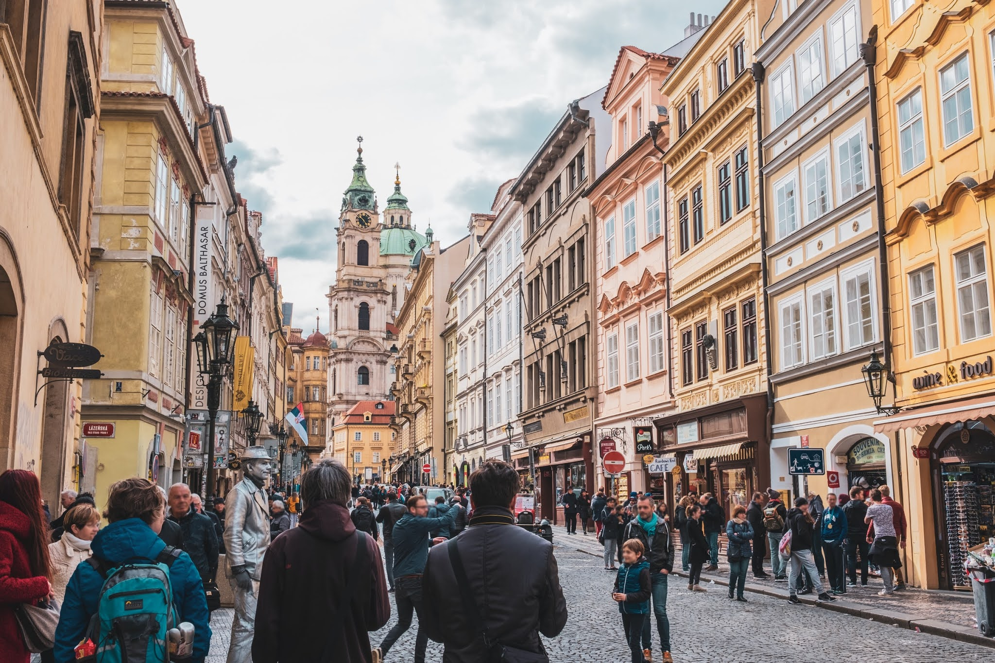 xiaofen-busy streets with tourists in central prague