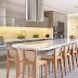 Cozinha contemporânea e sofisticada com ilha + cores neutras e madeira!