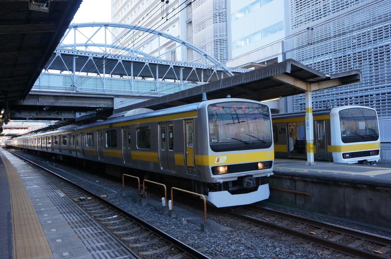 千葉駅に停車するE231系と209系