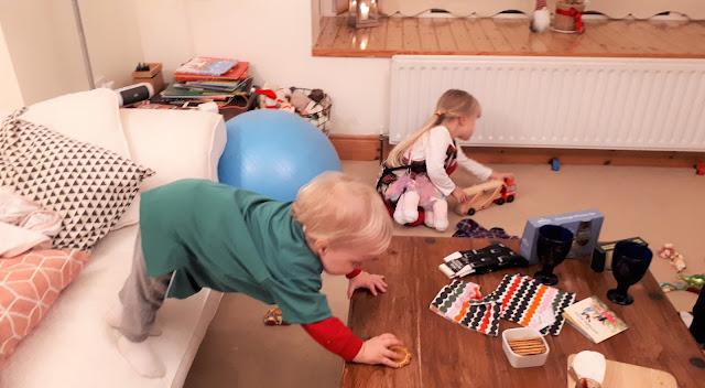 kaksivuotishaastattelu, joulu, kurottaminen, keksi, lapset leikkii
