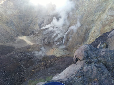 Kondisi kawah Gunung Agung yang sudah keluar asap. Foto : facebook Karl Kaddouri. https://www.facebook.com/karl.kaddouri. Diakses tanggal 6 Oktober 2017