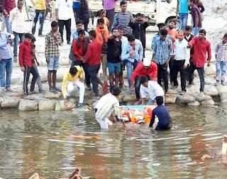 शांतिपूर्वक सम्पन्न हुआ मां लक्ष्मी की प्रतिमाओं का विसर्जन, राकेश श्रीवास्तव समेत अतिथियों ने की सराहना | #NayaSaberaNetwork
