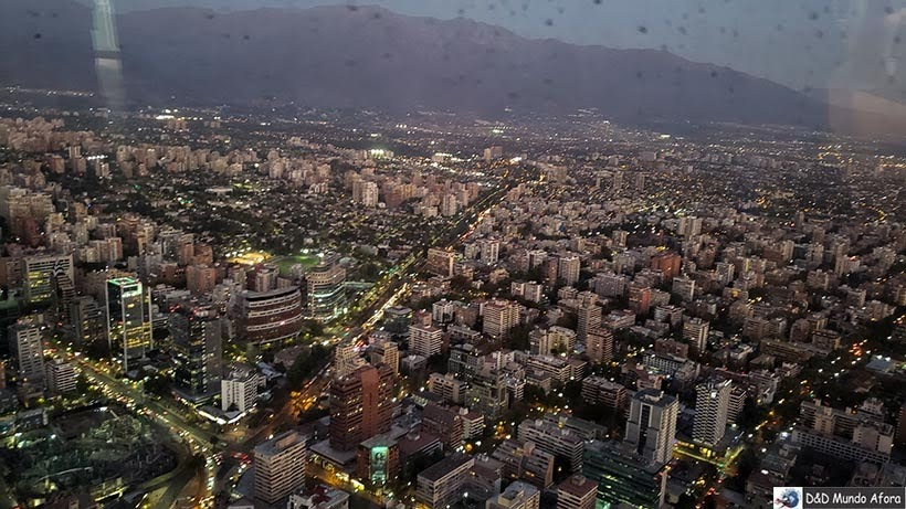 Santiago à noite vista do Mirante Sky Costanera no Chile
