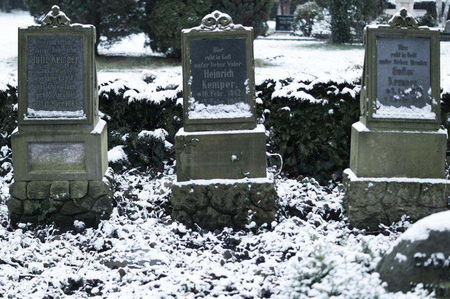 Blog + Fotografie by it's me! - Draussen - Frau Frieda sucht Schnee, verschneite Grabsteine